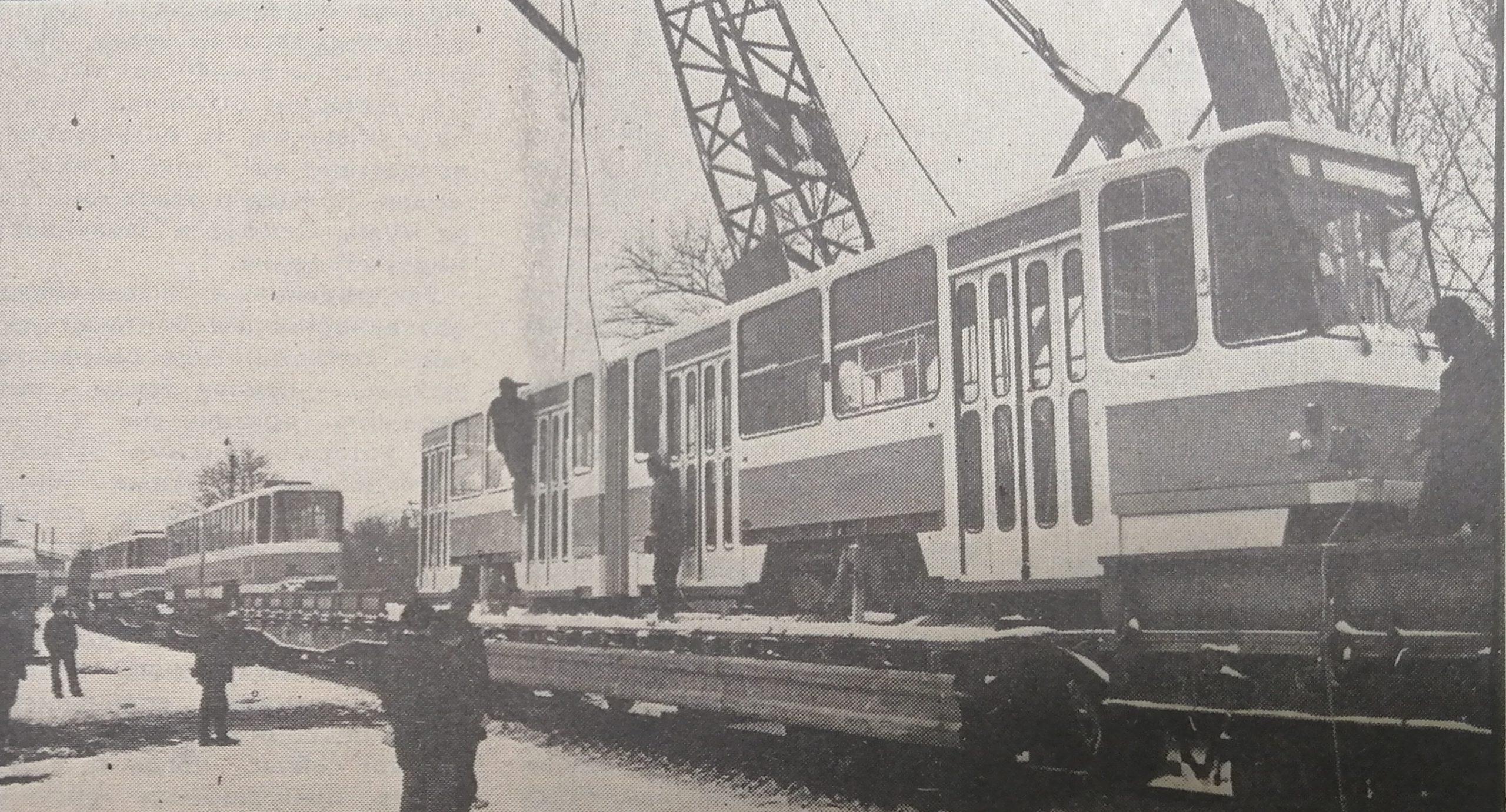 Первые семь КТ-4 в ожидании «воздушного путешествия» с железнодорожной платформы на трамвайные пути. Февраль 1981 года.