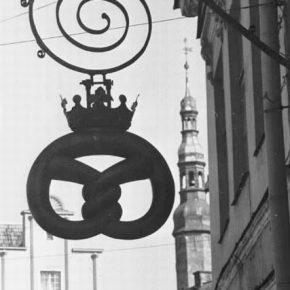 Увенчанный золоченой короной крендель еще лет двадцать тому назад был неотъемлемым элементом уличного пейзажа Старого Таллинна.