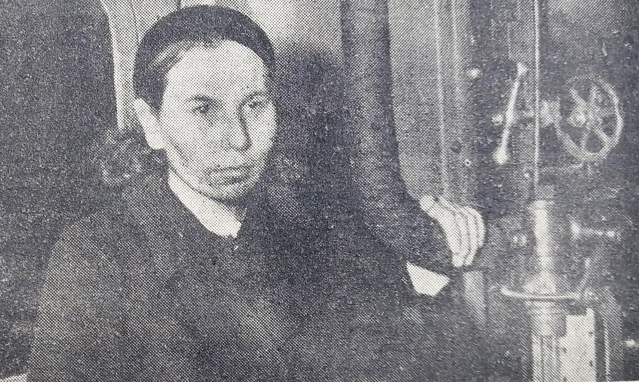 Сальме Тоомвяли в кабине паровоза. Фото из газеты Rahva Hääl, март 1941 года.