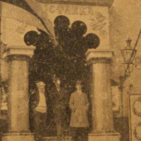 Вход в здание Большой гильдии, стилизованный под сени сказочного терема в дни проведения Первой русской выставки Эстонии.