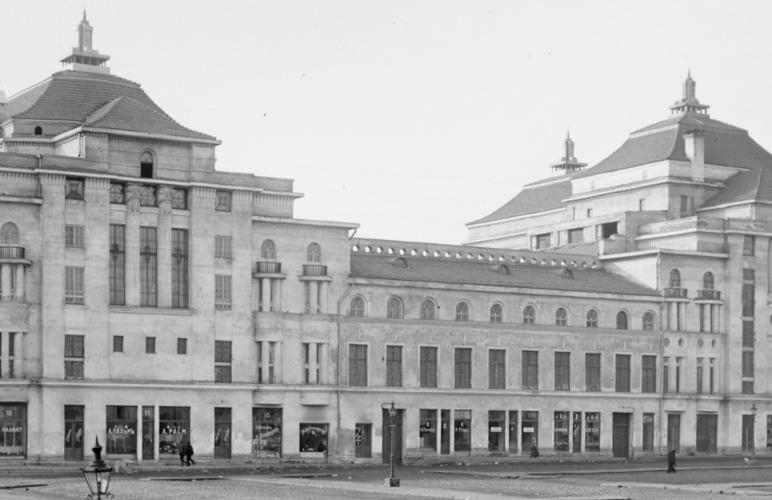 Северный, обращенный к Старому городу фасад театра и концертного зала «Эстония» в 1913 году: на первый взгляд – похоже, но приглядевшись, можно найти массу отличий.