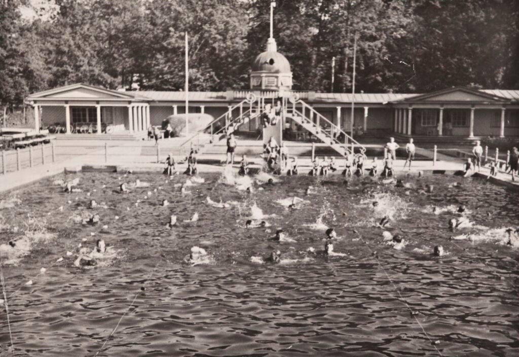 Восемьдесят с лишним лет тому назад перед входом в нынешний Детский музей Мийамилла плескались посетители бассейна-лягушатника.