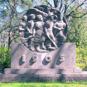 Более 60 последних лет фоном памятнику жертвам расстрела на Новом рынке служит не театр «Эстония», а сосны кладбища Рахумяэ.